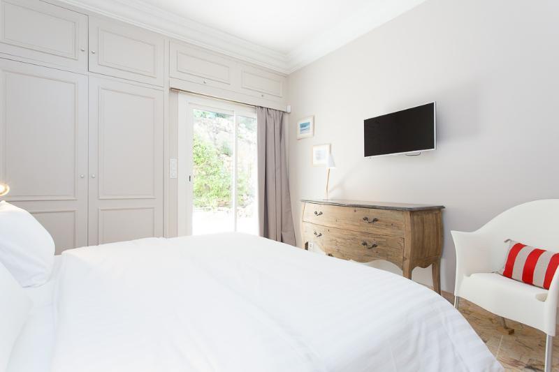 1st bedroom, 2 single beds, TV, back terrace