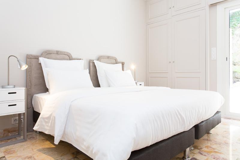 1st bedroom, 2 single beds, cupboards