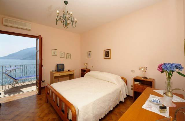 Double room with access to the terrace