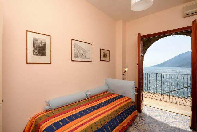 Single room with access to the sea