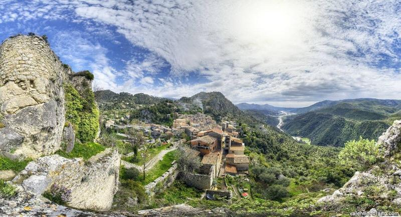 Gilette village, la vallée de l'Esteron et du var, vu depuis les ruines du chateau