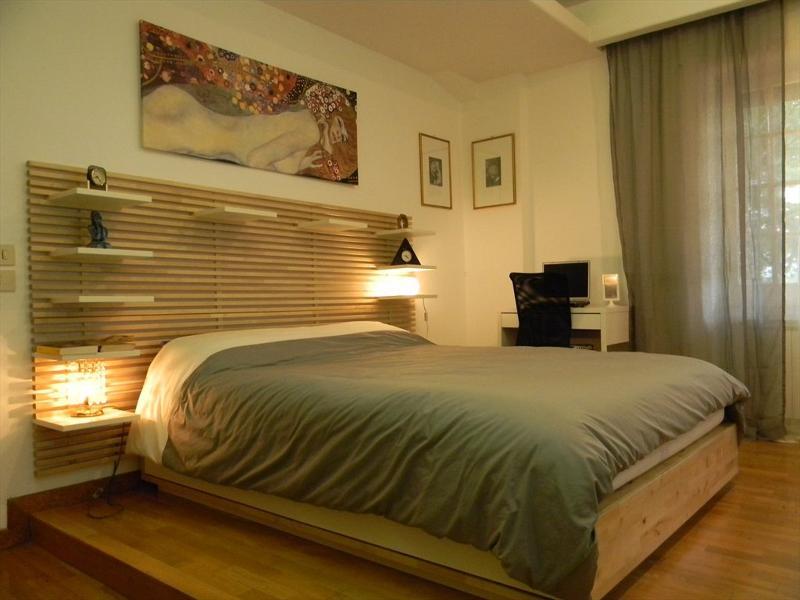 Ampia camera rivestita in parquet con bagno privato dotato di doccia e vasca