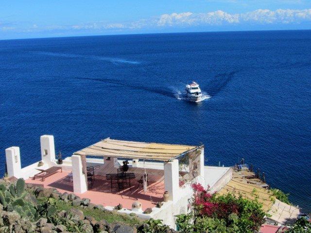 Casa Gianni Alicudi  alloggio  'eucalipto', vacation rental in Aeolian Islands