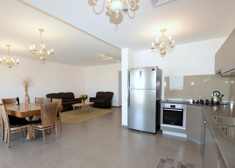 4BR Luxury Apt in Downtown Jerusalem Saidoff Tower, alquiler vacacional en Srigim