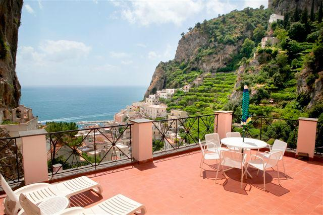 Le Rose 3 with terrace, sea view, pool, parking, vacation rental in Ravello
