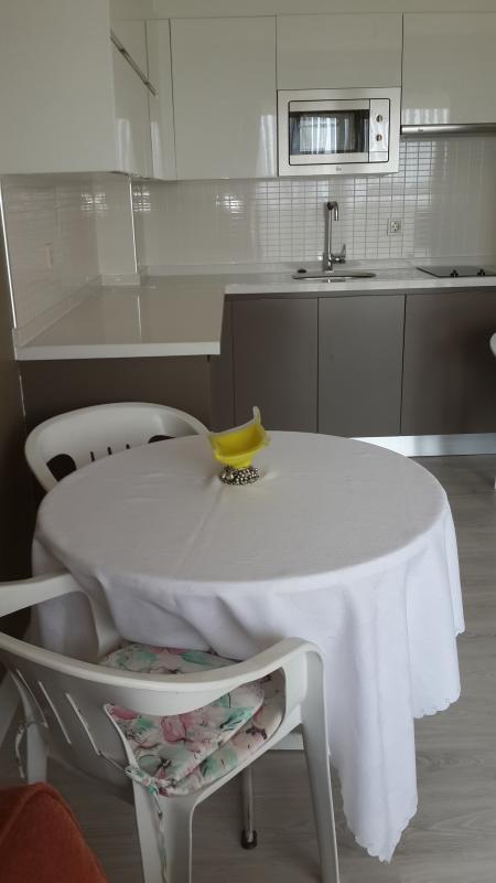 Tabella può essere utilizzato dentro e fuori al balcone. Sedie per il balcone sono inoltre disponibili.