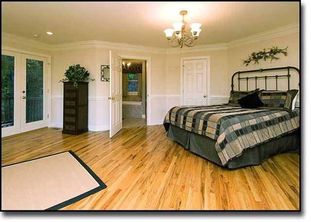 El dormitorio principal planta superior w / baño completo