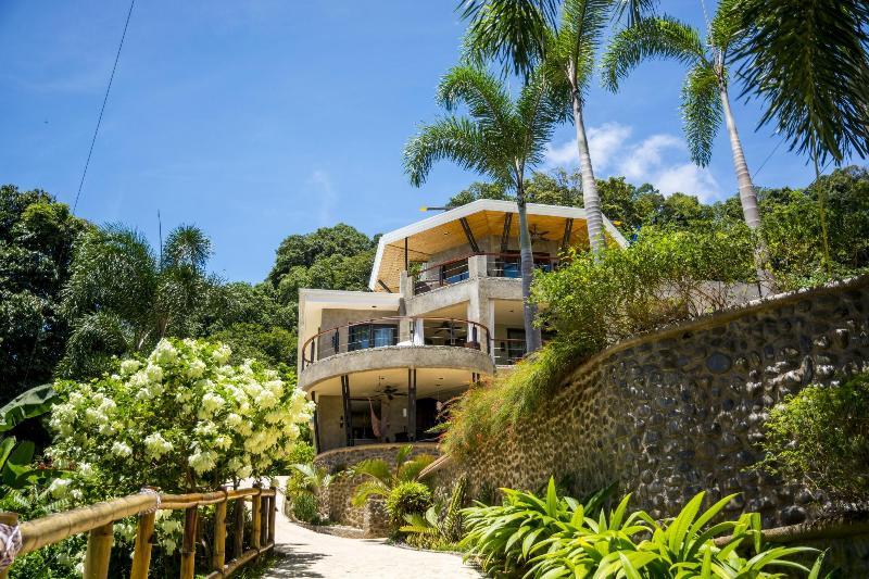rodeado por jardins tropicais
