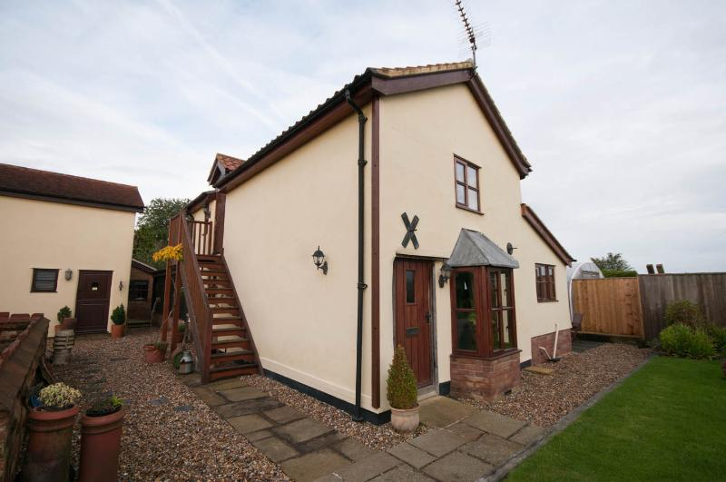 Beautiful holiday cottage on outskirtd of BUry St Edmunds use of heated pool, location de vacances à Bury St. Edmunds