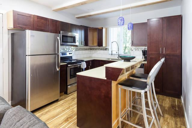 Upscale 1 bedroom suite. with full kitchen and laundry.