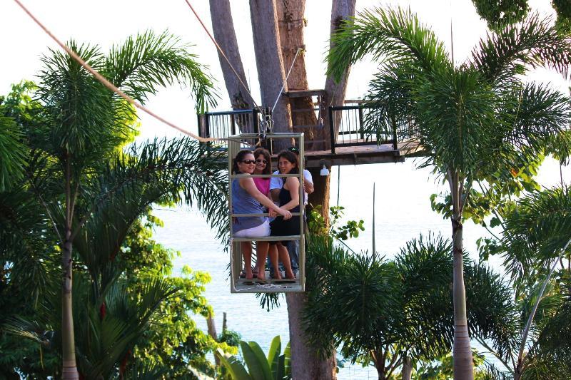 viajando por todo o resort para nossa plataforma de árvore