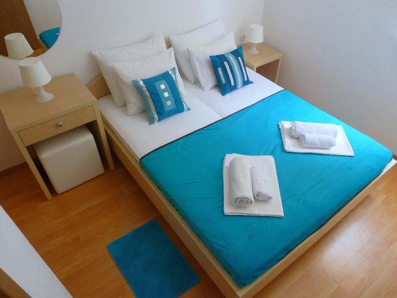 New, modern & sunny Apartments Milka with balcony and bicycles near the beach, location de vacances à Zaostrog