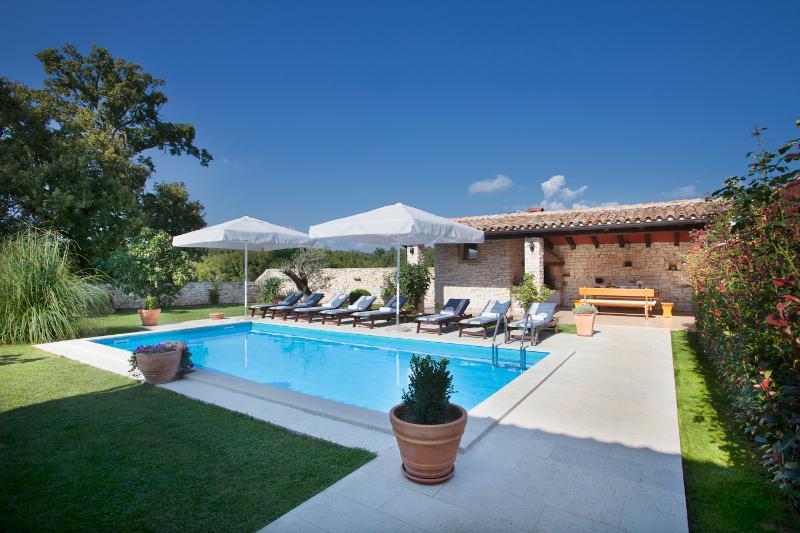 La piscina con un montón de sol y sombra natural