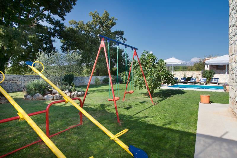 El jardín privado con parque infantil