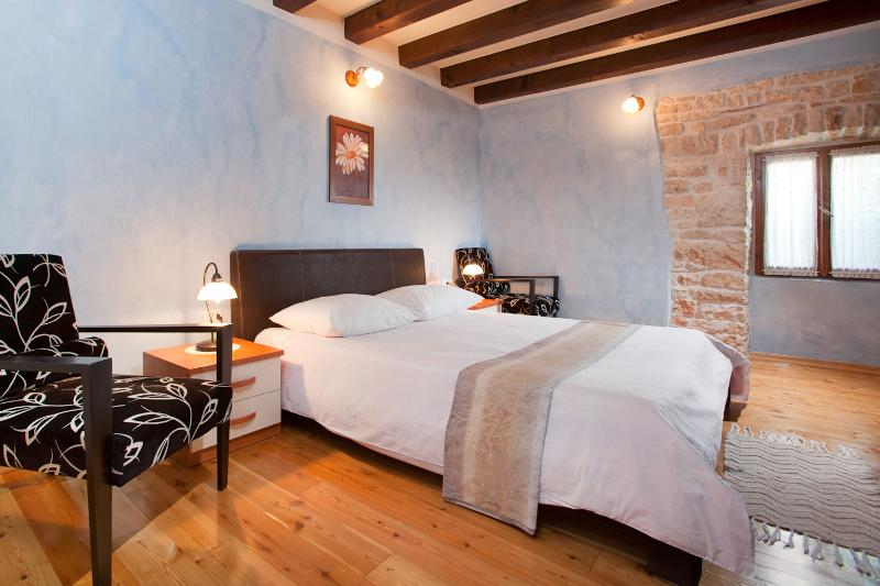 Segundo dormitorio con una cama doble grande en el 1er piso