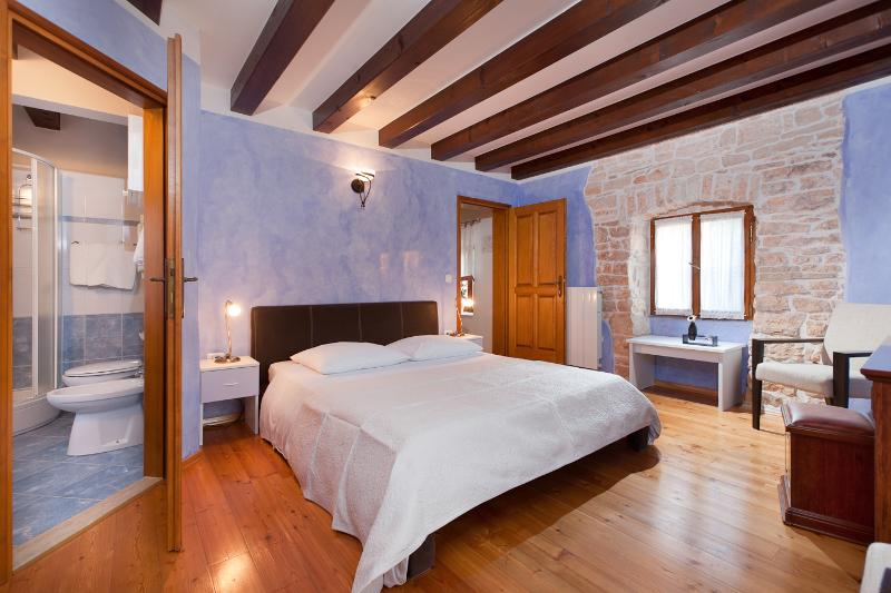 Tercer dormitorio con una cama doble grande en el 1er piso