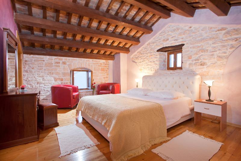Dormitorio principal con una cama doble en el 2do piso