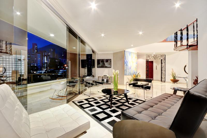 ELEVATOR OPENS INSIDE THE APARTMENT, 50 INCH TV ,DIRECT TV,BLUY RAY SMART TV ,CD RADIO,IPOD USBSOUND