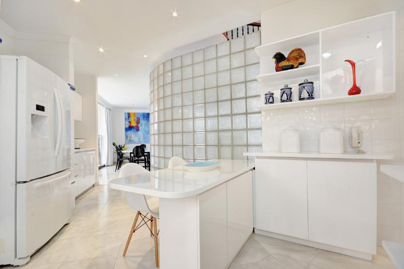 FULLY EQUIPPED KITCHEN WITH AUXILIARY DINING TABLE, FULL OF NATURAL LIGHT AND WELL VENTILATED.