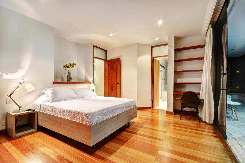 BEDROOM 1,IN THE FIRST LEVEL,QUEEN SIZE BED,MEMORY FOAM PILLOWS,POLARIZED WINDOWS AND BLACKOUT,RADIO