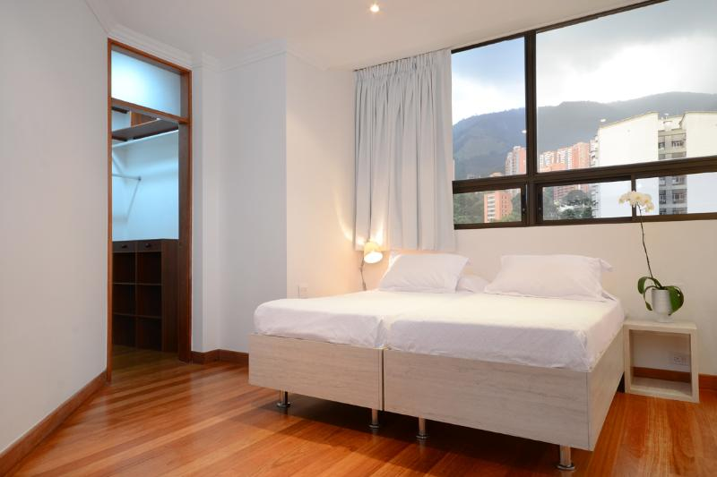 BDR 3,3 BEDS THAT CAN BE ARRANGE IN 1 DOUBLE AND 1 SINGLE OR 3 SINGLES,32 SMART TV,WALK IN CLOSET.