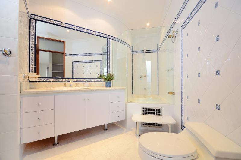MASTER BATH ROOM,HOT TUB WITH JACUZI,FULL BODY MIRROR,CHAIR AND MAKE UP MIRROR ,HAIR DRYER.