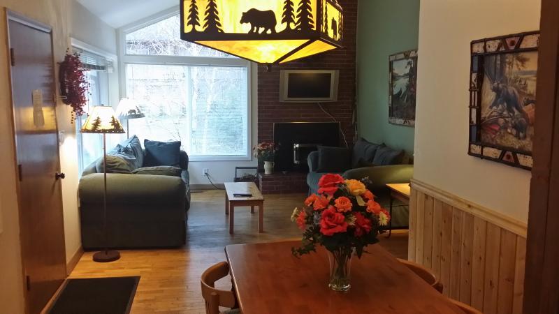 Salle à manger et salle de séjour en chalet de montagne de l'ours (#3)