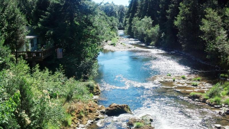 Blue River comme il passe juste à côté de la station - idéale pour la pêche et le tube !