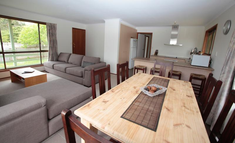 PET FRIENDLY Holiday House, Phillip Island (4 Bed), casa vacanza a Cowes
