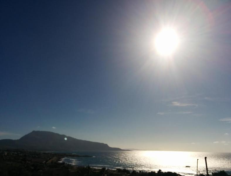Le coucher de soleil avec le soleil va tomber dans la mer