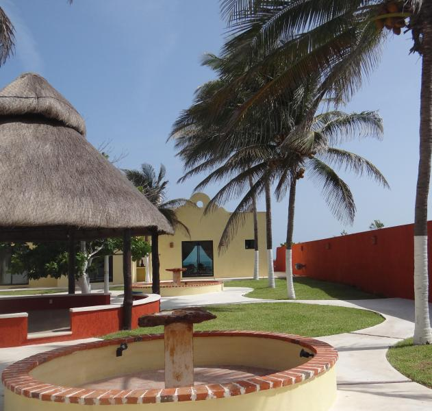 Break Away & Enjoy All That This Lovely, Luxurious Beach Treasure Has To Offer!!, casa vacanza a Chelem