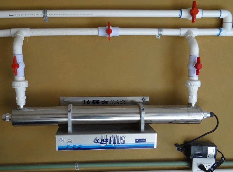 Sistema de agua ultravioleta.  Toda el agua incluso fuera de la manguera es potable.