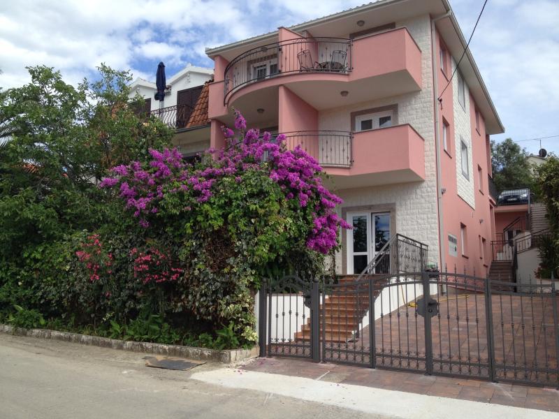 Apartments Nena, holiday rental in Seget Vranjica