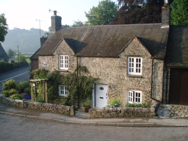 Yew Tree Cottage - cosy, charming, original stone cottage in Fenny Bentley., holiday rental in Thorpe