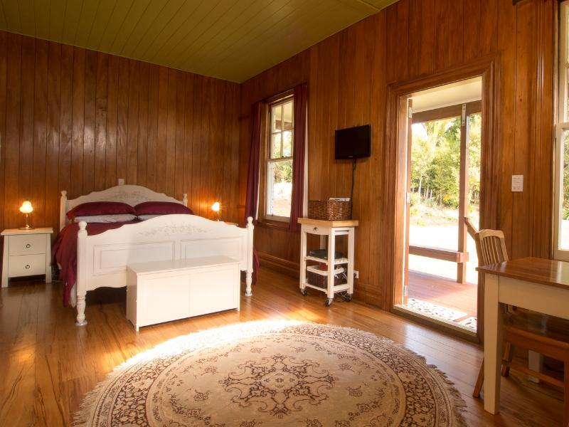 Main room of cottage, queen size-säng. Mycket bekväm TV har Sky filmer och sport. Mycket mysigt rum