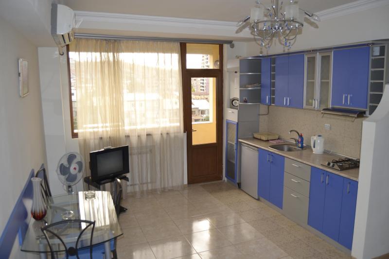 This apartment is situated near Opera House, location de vacances à Tsakhkadzor
