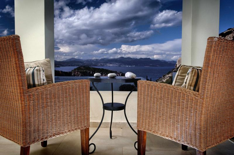 Beautiful seaview Villa with private pool, location de vacances à Mokhlos