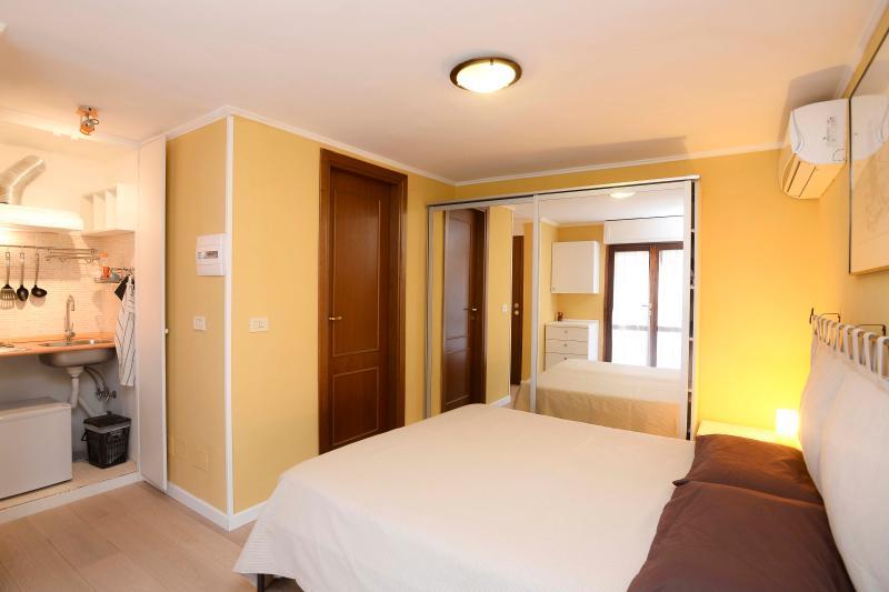 camera da letto + angolo cottura