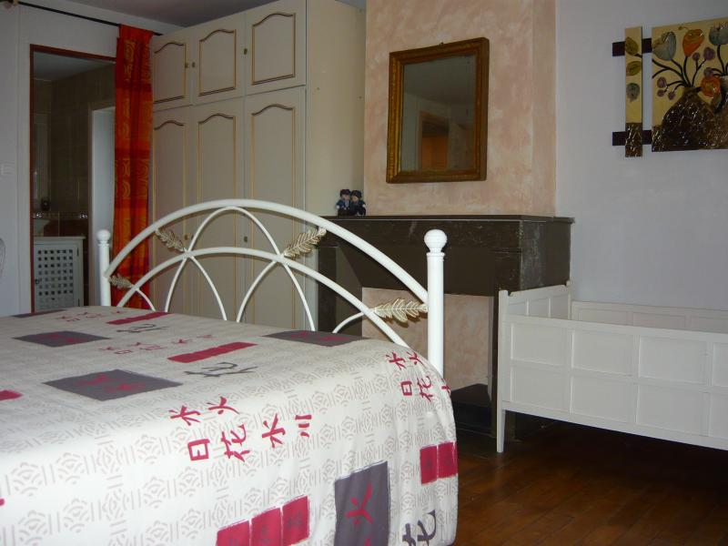 Le lit avec au fond l'accès à la salle d'eau/WC