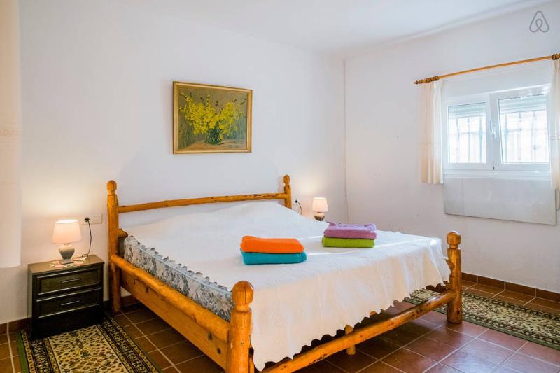 El dormitorio principal con cama de tamaño extra y armarios -aircon equipada y con calefacción.