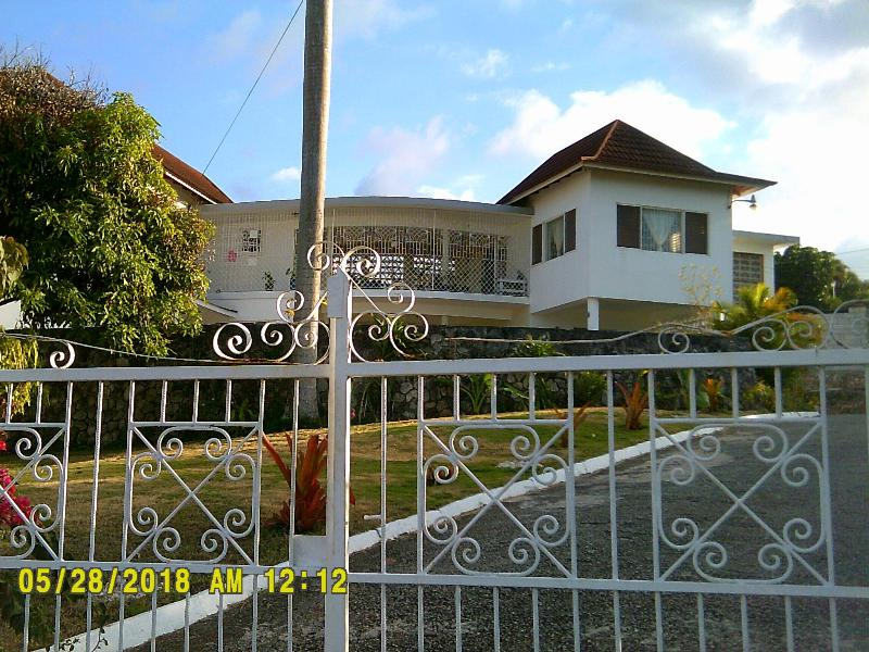 Second floor three bedroom three bathroom Apartment, holiday rental in Ironshore