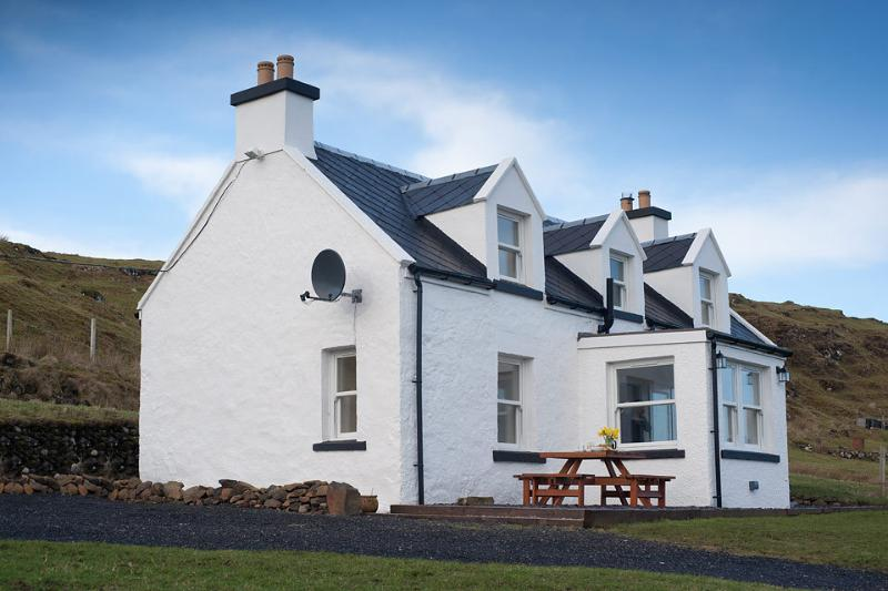 Isle of Skye Retreats- An Creagan 4 Star 2 Bedroom Traditional Cottage, Ferienwohnung in Dunvegan