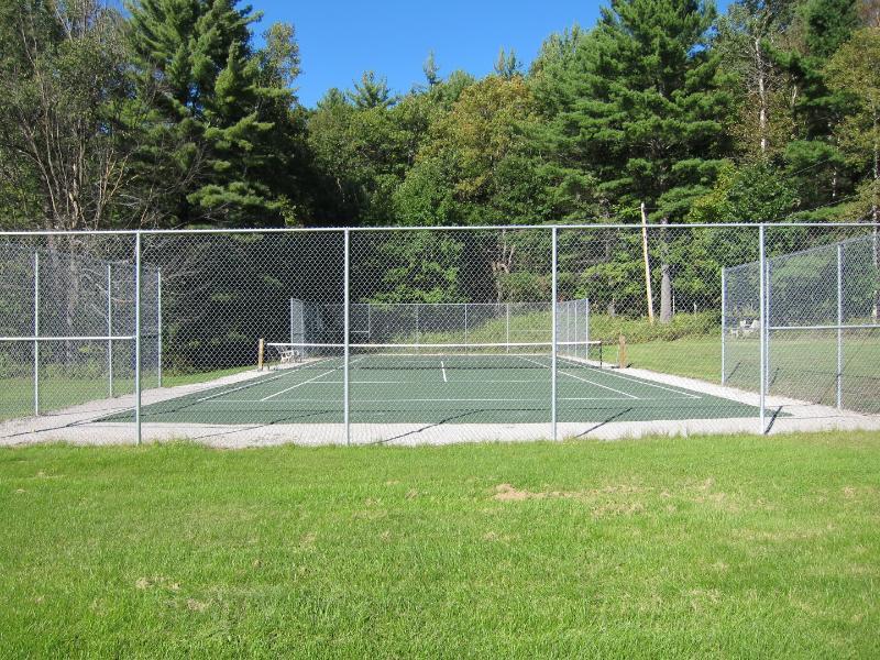 Clyffe House: The tennis court
