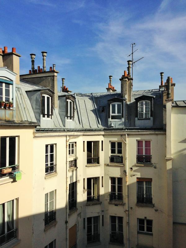 Blick durch die Fenster der Wohnung