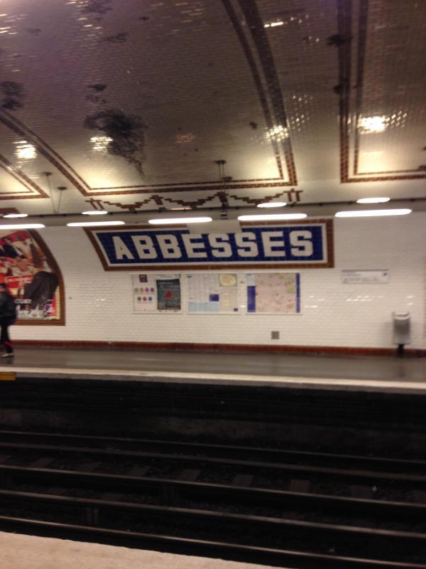 Äbtissinnen Metro Station-Linie 12, wo alle Touristen ankommen, um Montmartre und Sacré-Coeur zu erkunden,