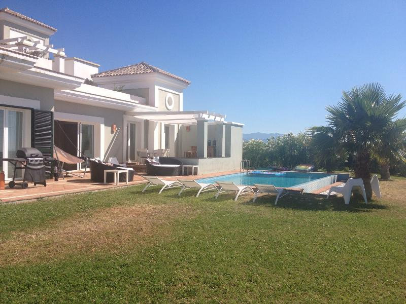 Private Pool, Large Garden & terrace, sun beds, BBQ, Sea Views