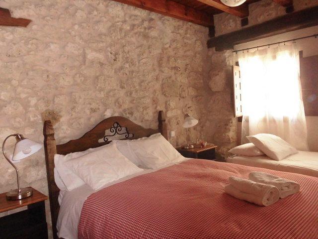 Chambre à coucher lit 1.50 lit de 90 cm.