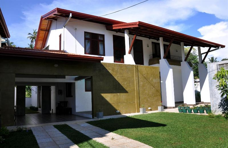 HikkaHome 5A/C B/R Luxury villa with private swimm, holiday rental in Hikkaduwa