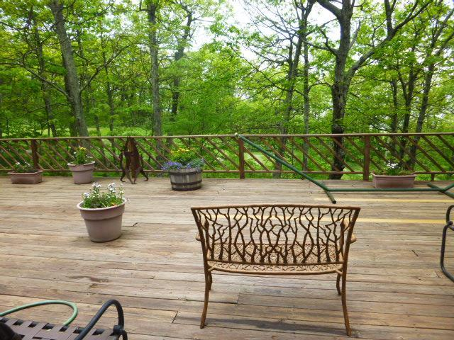 increíble terraza con un montón de muebles de terraza y una hamaca