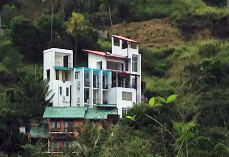 Stylish Modern Homestay with views in Kandy, holiday rental in Kundasale